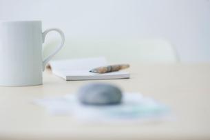 レシートや領収書とカップと筆記用具の写真素材 [FYI04066669]