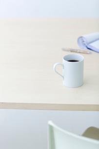 コーヒーと筆記用具の写真素材 [FYI04066673]