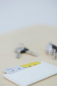 鍵と時計と定期の写真素材 [FYI04066687]