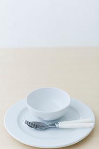 皿とナイフとフォークの写真素材 [FYI04066691]