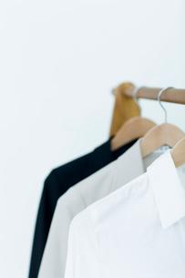 ハンガーに吊るされた服の写真素材 [FYI04066699]