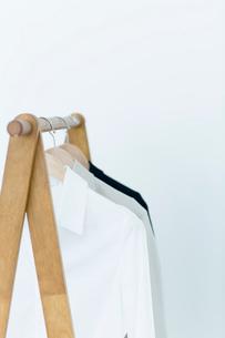 ハンガーに吊るされた服の写真素材 [FYI04066700]