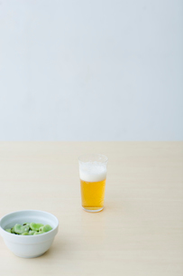 ビールと空豆の写真素材 [FYI04066701]