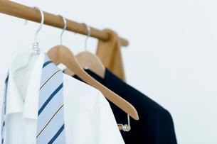 ハンガーに吊るされた服とネクタイの写真素材 [FYI04066703]