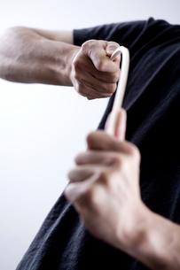 棒をしならせる男性の手元の写真素材 [FYI04066755]