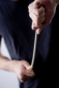 棒をしならせる男性の手元の写真素材 [FYI04066756]