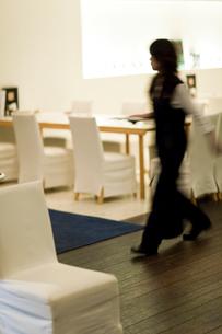 レストラン内を歩くウェイトレスの写真素材 [FYI04066775]