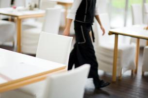レストラン内を歩くウェイターの写真素材 [FYI04066780]