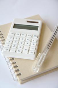 電卓とノートとボールペンの写真素材 [FYI04066791]