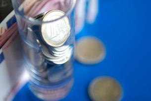 ユーロ紙幣とコップの中のコインの写真素材 [FYI04066807]