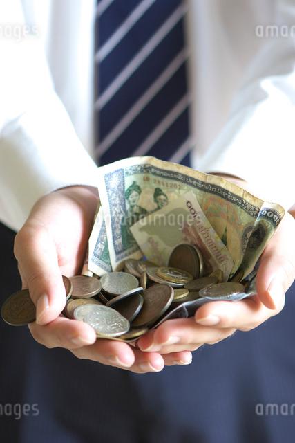 紙幣とコインを持つ男性の手元の写真素材 [FYI04066808]