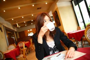カップを持つ女性の写真素材 [FYI04066840]