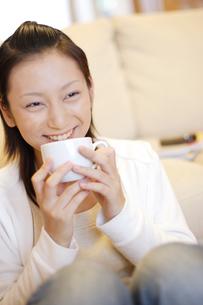 カップを持つ笑顔の女性の写真素材 [FYI04066846]