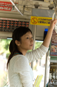バスから外を眺める女性の写真素材 [FYI04066850]