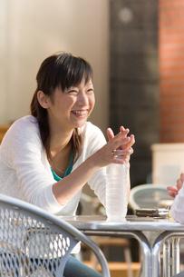 会話する女性の写真素材 [FYI04066857]