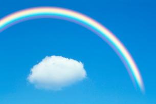 わた雲と虹の写真素材 [FYI04066864]