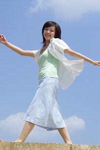屋外の歩く女性の写真素材 [FYI04066939]