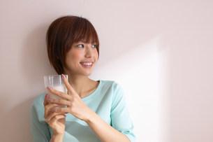 ミルクを飲む女性の写真素材 [FYI04067017]