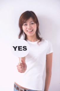 YESのプラカードを持つ女性の写真素材 [FYI04067081]
