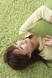 仰向けの女性の写真素材 [FYI04067129]
