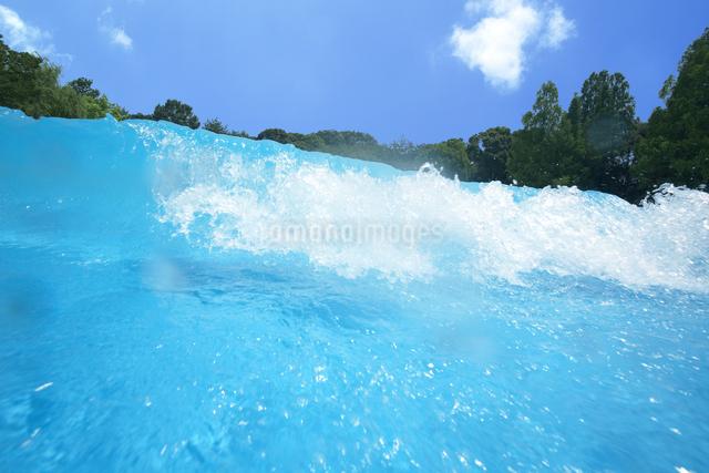 プールの波の写真素材 [FYI04067229]