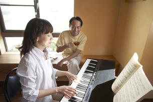 ピアノと夫婦の写真素材 [FYI04067233]