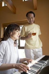 ピアノと夫婦の写真素材 [FYI04067234]