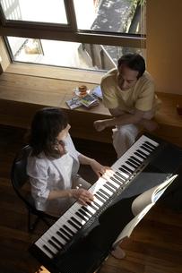 夫婦とピアノの写真素材 [FYI04067238]