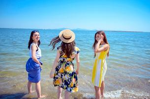 海岸で遊ぶ海のリゾートへ旅する女性3人の写真素材 [FYI04067246]