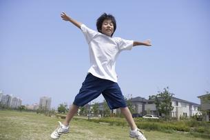 公園でジャンプする男の子の写真素材 [FYI04067300]
