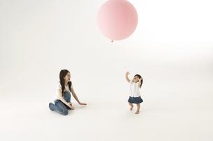 風船で遊ぶ子供と母親の写真素材 [FYI04067307]