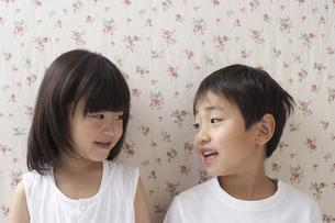 視線を合わせる男の子と女の子の写真素材 [FYI04067308]