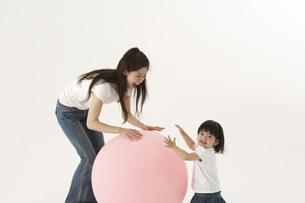 風船で遊ぶ子供と母親の写真素材 [FYI04067310]
