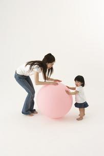 風船で遊ぶ子供と母親の写真素材 [FYI04067311]
