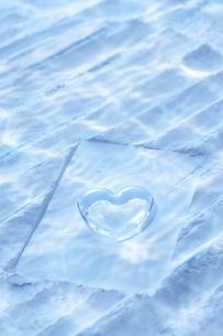 海底イメージ 砂にガラスのハートの写真素材 [FYI04067338]