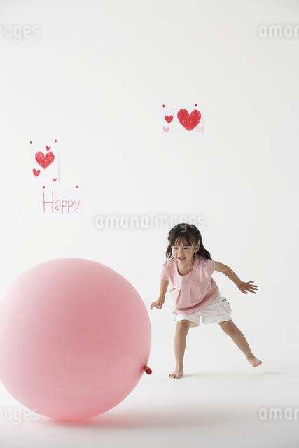 風船で遊ぶ女の子の写真素材 [FYI04067343]