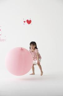 風船で遊ぶ女の子の写真素材 [FYI04067344]