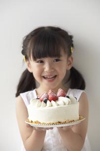 ケーキを持つ女の子の写真素材 [FYI04067351]