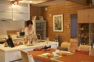 キッチンで洗い物をする女性の写真素材 [FYI04067375]