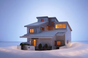 家の模型と光の写真素材 [FYI04067409]