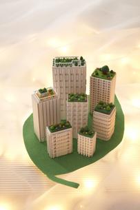 葉っぱの上の模型のビルの写真素材 [FYI04067410]