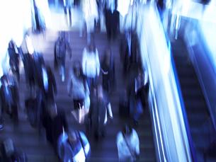 階段を行き交う人々の写真素材 [FYI04067438]