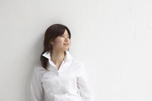 壁にもたれる女性の写真素材 [FYI04067441]