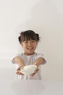 茶碗と箸を持っている女の子の写真素材 [FYI04067476]