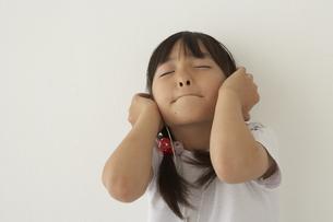 ヘッドフォンで音楽を聴く女の子の写真素材 [FYI04067490]