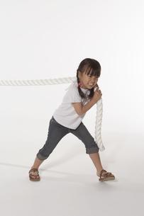 綱引きをする女の子の写真素材 [FYI04067494]