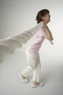 綱引きをする女性の写真素材 [FYI04067511]