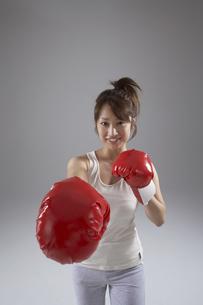 ボクシングをしている女性の写真素材 [FYI04067528]