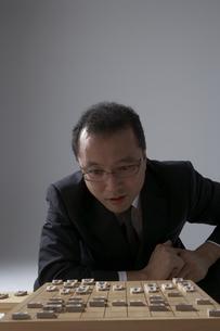 将棋を指すスーツを着た男性の写真素材 [FYI04067544]
