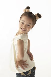 笑顔で振り返っている女の子の写真素材 [FYI04067578]